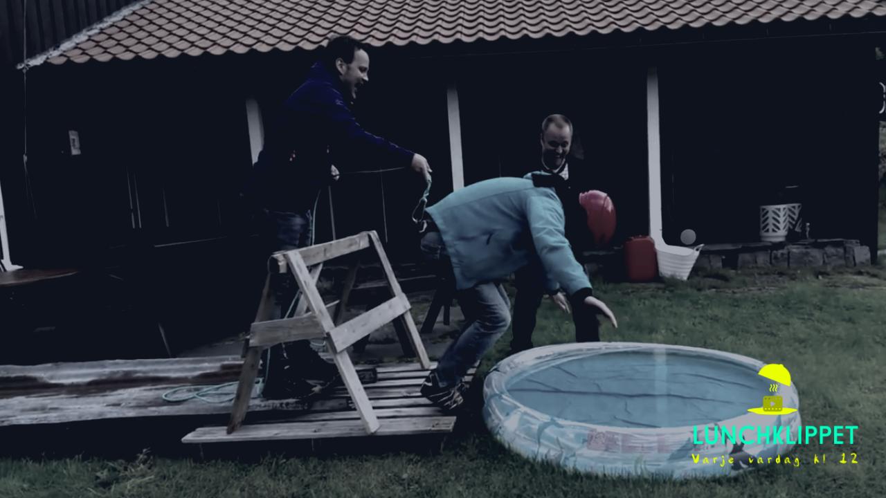 KLASSIKER: Brudgummen blir lurad att hoppa 'bungy jump'!